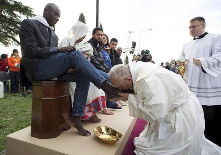 Pope Kisses Muslims Feet